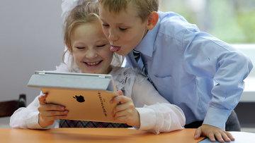Учитель из Севастополя рассказала, как школьники приносят планшеты,