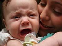 Плач и улыбки новорожденного ребенка: формы общения с родителями